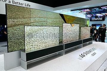 Berlin  Deutschland - LG zeigt neue flexible Flachbildschirmfernseher mit OLED R-Technik zur IFA.