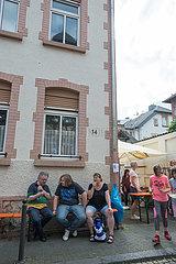 Buerger im Raum der Fenster  Baeume  Tore  Waende