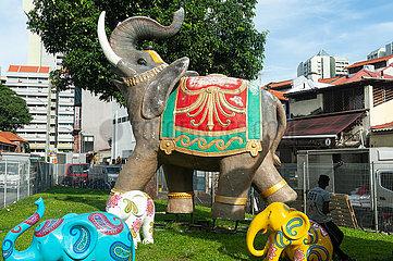 Singapur  Republik Singapur  Bunte Elefanten in einem Park in Little India