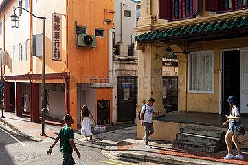 Singapur  Republik Singapur  Strassenszene mit Menschen und Gebaeuden in Chinatown