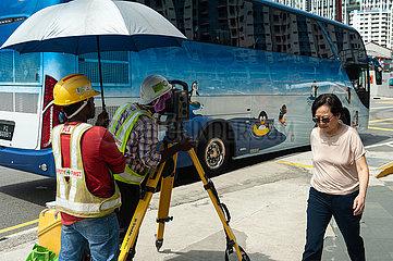 Singapur  Republik Singapur  Vermessungstechniker auf einer Strasse in Chinatown