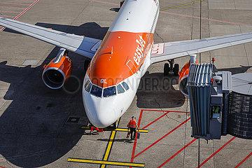 easyJet Flugzeug parkt am Gate  Flughafen Duesseldorf International  DUS  Nordrhein-Westfalen  Deutschland