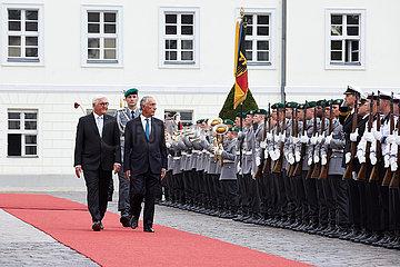 Berlin  Deutschland - Bundespraesident Frank-Walter Steinmeier empfaengt den Praesidenten der Portugiesischen Republik Marcelo Rebelo de Sousa mit militaerischen Ehren.