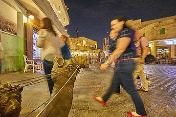 Altstadt Souq Waqif mit Menschen und Kamelstatue