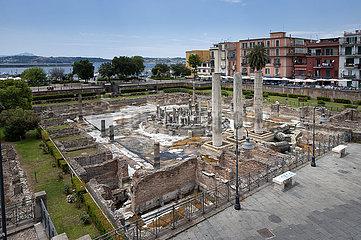 Ruinen des Macellum (Serapistempel)  unter Wasser und aus dem Meer aufgetaucht aufgrund des Bradisismus  Pozzuoli  Kampanien  Italien