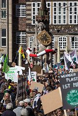 Deutschland  Bremen - fridays for future - Demonstration Schlusskundgebung auf den Marktplatz  im Bild der Roland