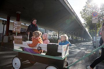 Deutschland  Bremen - fridays for future - Demonstration  Kleinkinder in einem Bollerwagen