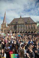Deutschland  Bremen - fridays for future - Demonstration Schlusskundgebung auf den Marktplatz  hinten das Rathaus