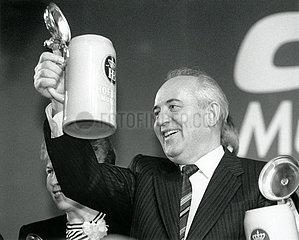 Gorbatschow in Muenchen  Hofbraeuhaus  1992