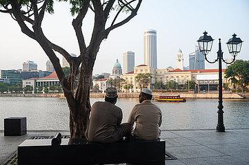 Singapur  Republik Singapur  Menschen am Ufer des Boat Quay entlang des Singapore River