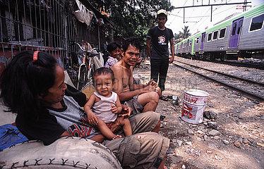 Jakarta  Indonesien  Menschen in einem Elendsviertel entlang der Bahnschienen