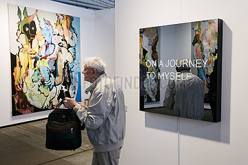 Berlin  Deutschland - Kunstmesse art berlin im Hangar 5 und 6 Flughafen Tempelhof.