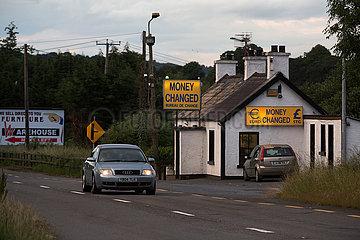 Irland  Dundalk - Irische Grenze: Wechselstube an einer Landtrasse Richtung Belfast