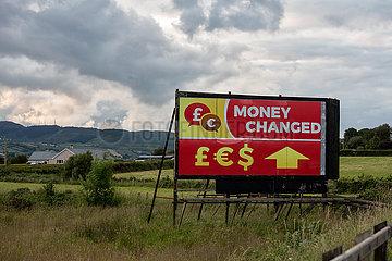 Irland  Dundalk - Werbung fuer Wechselstube -money exchanged- direkt auf der irischen Grenze an einer Landtrasse Richtung Belfast
