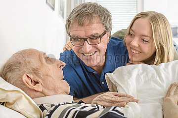 Familie besucht Opa im Altenheim