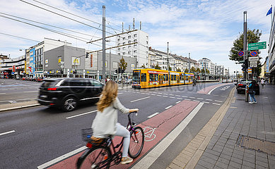 Strassenkreuzung mit Fahrradfahrern  Fussgaengern  Autos und Strassenbahn  Bonn  Nordrhein-Westfalen  Deutschland