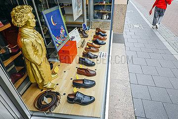 Beethoven Skulptur im Schaufenster eines Schuhgeschaeftes  Bonn  Nordrhein-Westfalen  Deutschland