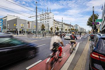 Strassenkreuzung mit Fahrradfahrern und Autos  Bonn  Nordrhein-Westfalen  Deutschland