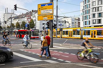 Strassenkreuzung mit Fu?gaengern  Fahrradfahrern  Autos  Bus und Strassenbahn  Bonn  Nordrhein-Westfalen  Deutschland