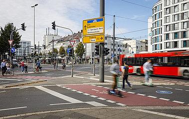Strassenkreuzung mit Fu?gaengern  Fahrradfahrern  E-Scootern und Bus  Bonn  Nordrhein-Westfalen  Deutschland
