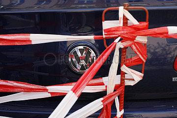VW und Absperrband