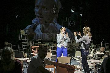 Berliner Ensemble MUETTER UND SOEHNE