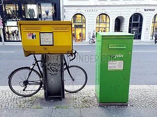 Briefkaesten von Deutsche Post und Pin Mail AG