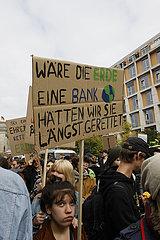 waere die Erde eine Bank haetten wir Sie laengst gerettet