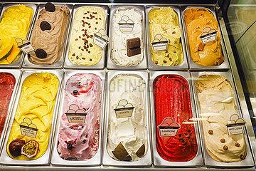 Speiseeis in einer Kuehltheke einer Eisdiele  ANUGA Lebensmittelmesse  Koeln  Nordrhein-Westfahlen  Deutschland