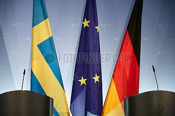 Berlin  Deutschland - Die Fahnen Schwedens  der EU und Deutschlands im Presseraum des Aussenministeriums.
