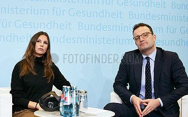 Berlin  Deutschland - Teresa Enke und Jens Spahn  Bundesgesundheitsminister bei einem Pressegespraech.