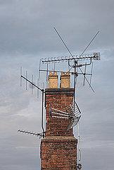 Viele Antenne auf einem Schornstein