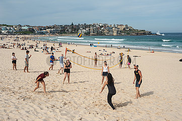 Sydney  Australien  Menschen spielen am beruehmten Strand von Bondi Beach Volleyball