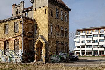 Industrieruine des alten Glaswerks und Neubau von Wohngebaeude an der Glasblaeserallee in Berlin-Friedrichshain