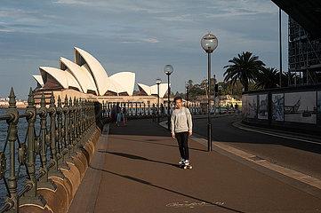 Sydney  Australien  Skateboardfahrer vor dem Opernhaus Sydney