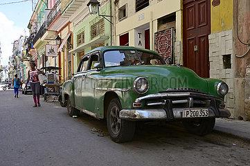 Cuba  Havanna - Strassenszene mit Oldtimer
