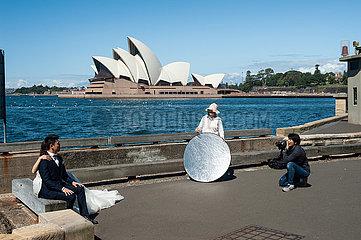 Sydney  Australien  Hochzeitsfoto am Hafenufer mit dem Opernhaus Sydney