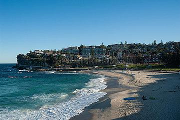 Sydney  Australien  Erhoehter Blick auf den Strand von Bronte Beach