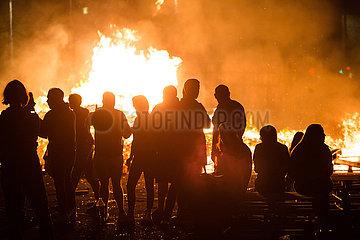Grossbritannien  Belfast - Bonfire am Orangemen's Day  protestantischer  jaehrlicher Feiertag zum Gedenken an die Schlacht am Boyne