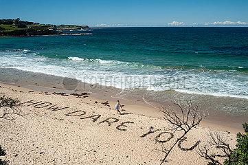 Sydney  Australien  Eine Frau geht am Strand von Coogee Beach entlang