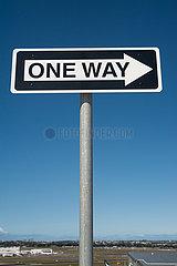 Sydney  Australien  Einbahnstrassenschild mit Richtungspfeil vor blauem Himmel