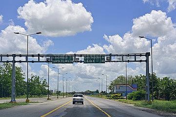 Cuba - Fahrt ueber eine Autobahn