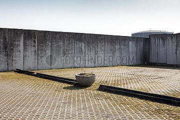 Betonmauer um das Kieslager im Sophienwerderweg in Berlin-Spandau