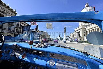 Cuba  Havanna - Stadtbild mit Oldtimer