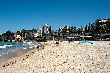 Sydney  Australien  Menschen unter blauem Himmel am Strand von Coogee Beach