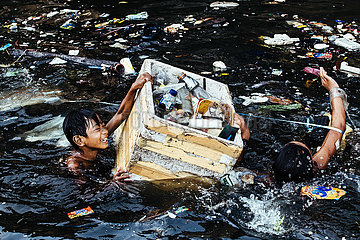 Floating Kids Manila in the Ocean of Plastic
