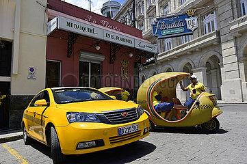 Cuba  Havanna - Taxistand vor der Bar Floridita