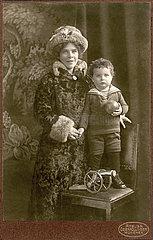 Mutter und Sohn  Portraet  1915