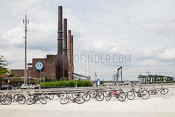 Fahrraeder und altes Heizkraftwerk des Volkswagenwerks in Wolfsburg