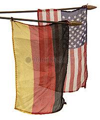 alte kleine deutsche und amerikanische Fahnen  Souvenir  1969